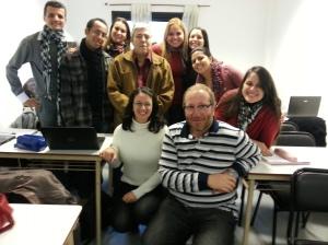 El Dr. Fernando Pablo Nápoli y el Dr. Carlos Mazzola compartiendo con sus alumnos unos minutos entre clases