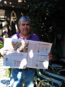 El Dr. Fernando Napoli con la edición impresa del diario Perfil del día domingo 17 de agosto de 2014