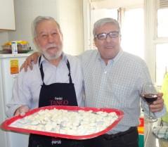"""3 de agosto de 2014 - El Dr. Augusto Peréz Lindo y el Dr. Fernando Nápoli en los preparativos de un """"almuerzo académico""""."""