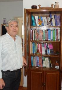 El Dr. Fernando Nápoli junto a la producción académica del Dr. Pérez Lindo.